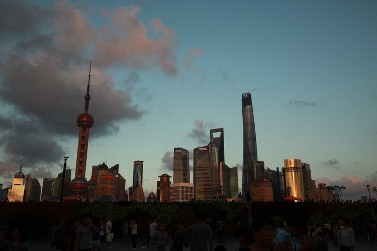 Tourists The Bund Of Shanghai Oriental Pearl TV Tower Clowd