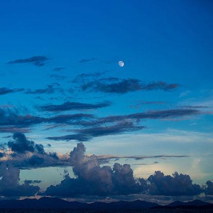 Moon on the sea resmi