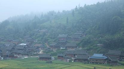 Eine kleine Stadt am Fuße des Berges