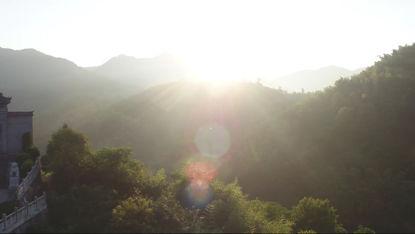 Luftaufnahme Seen und Wälder am Morgen des hellen Sonnenscheins 2
