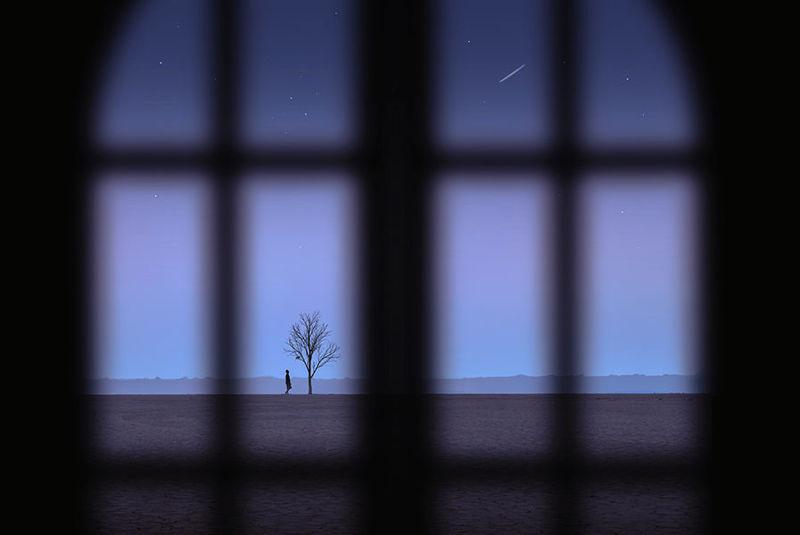 Image créative du ciel étoilé à l'extérieur de la fenêtre