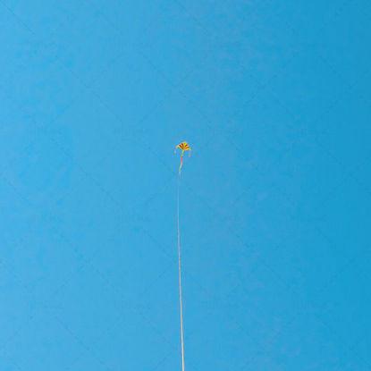 Ciel bleu et cerf-volant